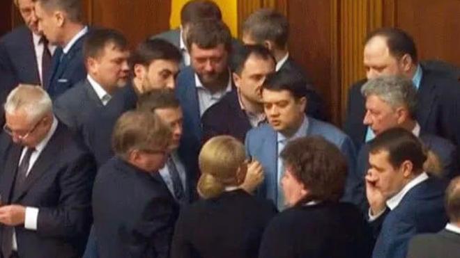 В Верховной Раде устроили потасовку из-за рынка земли: Тимошенко против Разумкова