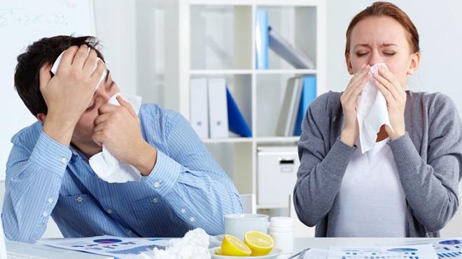 Ученые выяснили, на сколько метров может улететь коронавирус при чихании