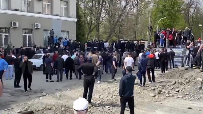 Бунт охватил Северную Осетию, во Владикавказ в разгар карантина: начался разгон, кадры