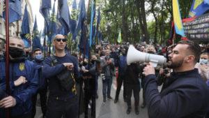 Толпа разъяренных людей с Майдана двинулась к офису Зеленского