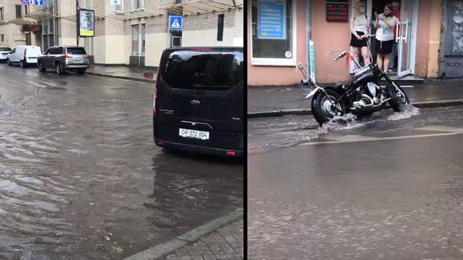 Центр Киева накрыл сильный ливень: улицы превратились в реки. Видео