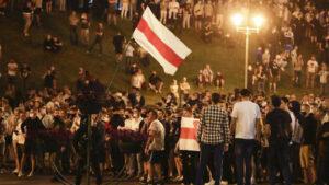 """Будь как вода"". Креативность протестующих в Беларуси не знает предела"