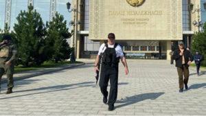 Лукашенко появился у резиденции с автоматом