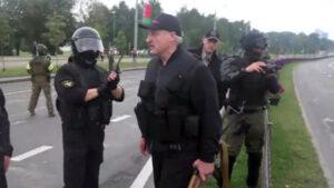 В Минске силовики встретили овациями Лукашенко с автоматом. ВИДЕО
