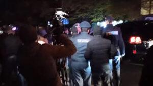 Զինծառայողների հարազատները փորձեցին փակել վարչապետի ավտոշարասյան ճանապարհը