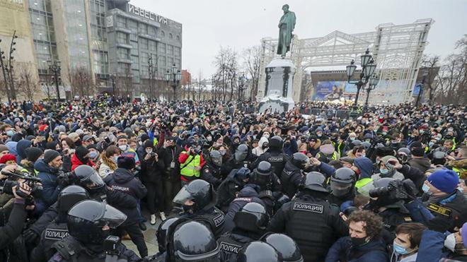 В Москве на незаконной акции начались потасовки с полицией