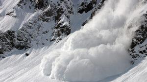 В России лавина накрыла горнолыжную трассу, под снегом дети