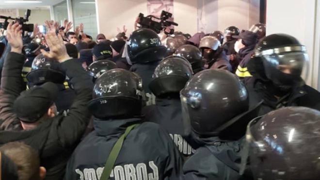 В Грузии штурмом взяли офис партии Саакашвили и задержали ее лидера