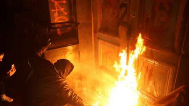 Новости Украины – Появились новые кадры погрома под Офисом президента. ВИДЕО