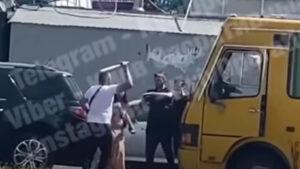 В Киеве водитель внедорожника разбил окно в микроавтобусе с пассажирами! А потом все началось! (ВИДЕО)