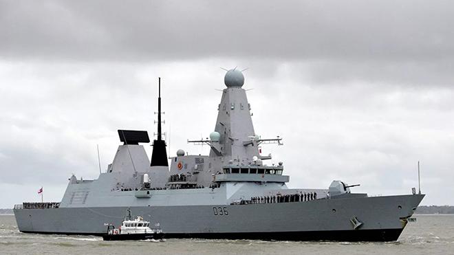 Российские корабль и самолет открыли предупредительную стрельбу в сторону британского эсминца в Черном море