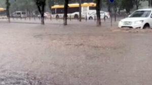Мощный ливень затопил улицы Мариуполя: в воде квартиры и подъезды. ВИДЕО